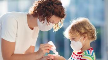 Кои съвети за предпазване от коронавирус са не само безполезни, но и опасни